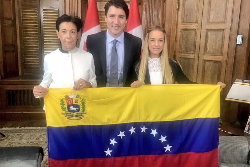 Canadian Prime Minister Justin Trudeau poses with Voluntad Popular's Antonieta López and Lilian Tintori. (Twitter/@liliantintori)